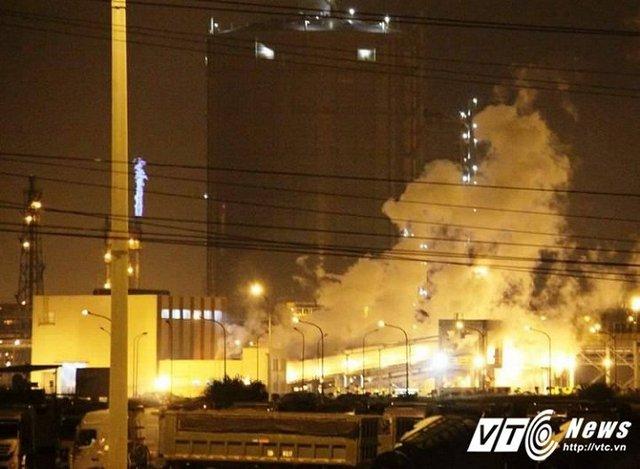 Khói bốc ra nghi ngút sau tiếng nổ lớn tại Formosa Hà Tĩnh đêm 30/5. (Ảnh: P. Trường)