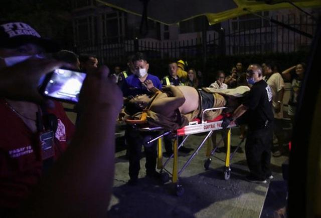 Một nạn nhân bị thương được đưa đi cấp cứu. Ảnh: Reuters