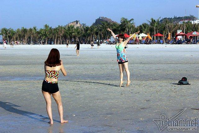 Hạ Long: Lao ra biển từ sáng sớm tránh nóng 40 độ - ảnh 4