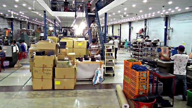 Xưởng giày của Lê Huy Tiến hiện có trên 150 nhân công, cho năng suất gần 200 đôi giày thủ công mỗi ngày