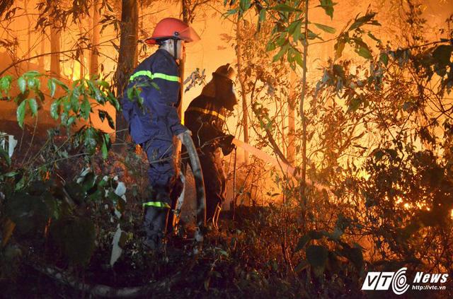 Lực lượng chức năng phải huy động hơn 2.000 người tham gia dập lửa trong vụ cháy rừng khủng khiếp ở Sóc Sơn