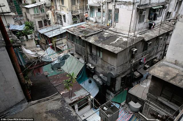 Quang cảnh bên ngoài của một khu nhà ổ chuột ở Sham Shui Po, Hồng Kông, nơi nhiều người đang sống trong những căn nhà siêu nhỏ.