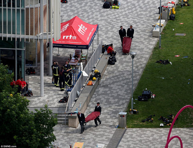 Những hình ảnh được ghi nhận tại hiện trường cho thấy các thi thể nạn nhân đầu tiên đã được đưa ra khỏi tòa tháp.