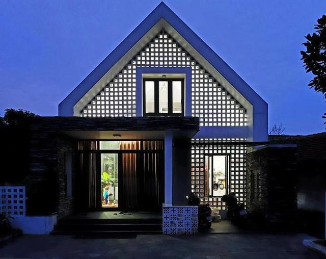 Ngôi nhà gây ấn tượng đặc biệt bởi mặt tiền sử dụng đá chẻ và gạch thông gió lạ mắt.