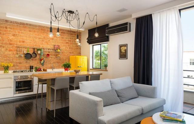 Bếp và phòng khách được bố trí chung một không gian mở thoáng sáng cạnh cửa sổ.