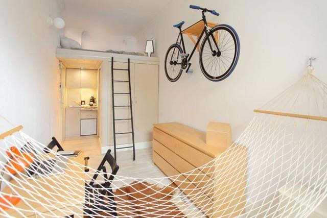 Với diện tích siêu nhỏ nhưng ngôi nhà của anh Hanczar không thiếu bất kỳ không gian chức năng nào từ nhà bếp, phòng ngủ, phòng tắm và thậm chí là một chiếc võng thư giãn lý tưởng cạnh cửa sổ.