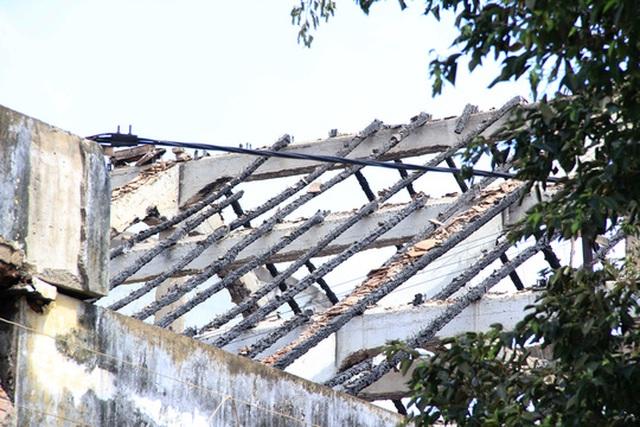 Khu nhà kho rộng hàng ngàn mét vuông đổ nát, điêu tàn sau vụ cháy