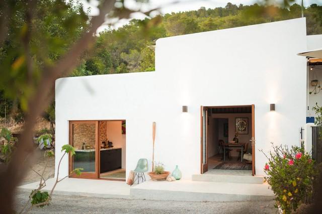 Nhìn bề ngoài ngôi nhà khá đơn giản với hai khối nhà riêng biệt. Xung quanh nhà là khu sân vườn rộng thoáng.