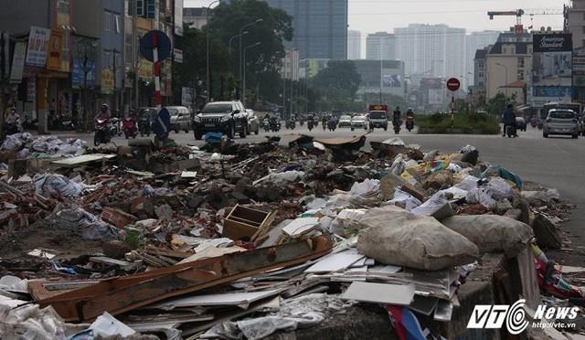Khu vực này đang xuất hiện rất nhiều rác thải sinh hoạt cũng như vật liệu xây dựng vứt ngổn ngang.