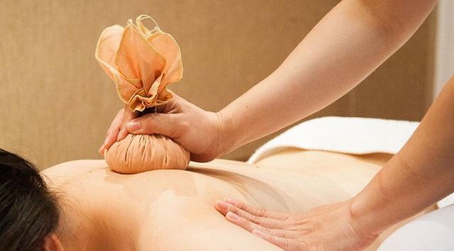 Chườm nóng - lạnh cũng là phương pháp giảm đau lưng tại nhà hiệu quả.