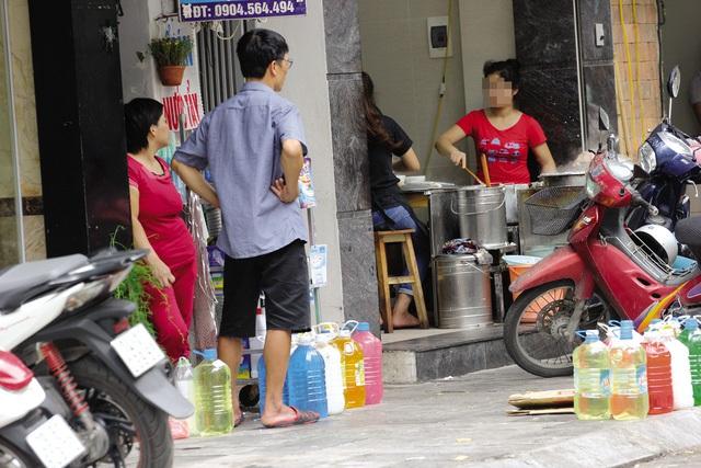 Một điểm bán nước tẩy rửa không nhãn mác trên phố Hàng Gà.