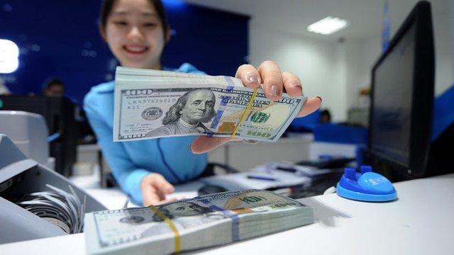 Tỷ giá ổn định, vàng giảm giá: Dòng tiền vào ngân hàng và chứng khoán.