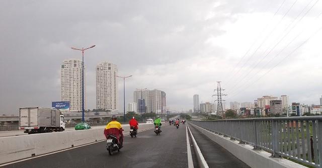 Thảo Điền Pearl gồm 2 tháp chung cư cao tầng ngay chân cầu Sài gòn nằm phía quận 2 - Ảnh: Danh Phú.