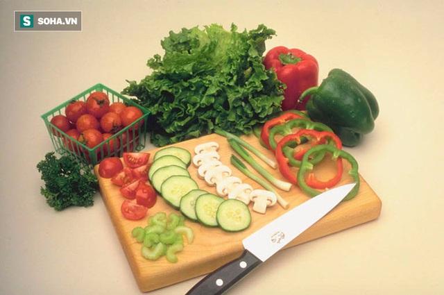 Ăn nhiều rau xanh và trái cây để làm sạch đường ruột.