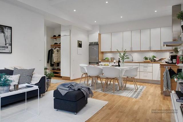 Chỉ với diện tích 54m2 nhưng nhờ vào thiết kế tinh tế theo phong cách Scandinavian cùng nội thất trắng sáng giúp cho ngôi nhà nhỏ trở thành một không gian sống trang nhã đầy cuốn hút.