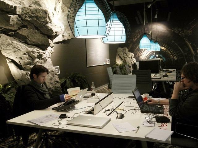 Không gian làm việc với khung cảnh hoang sơ, kỳ bí như trong một hang động có lẽ không phù hợp với những người yếu tim, sợ không gian chật kín.