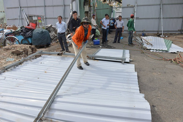 Các công nhân đang tiến hành rào lô cốt xung quanh khu vực bị giải tỏa mặt bằng.
