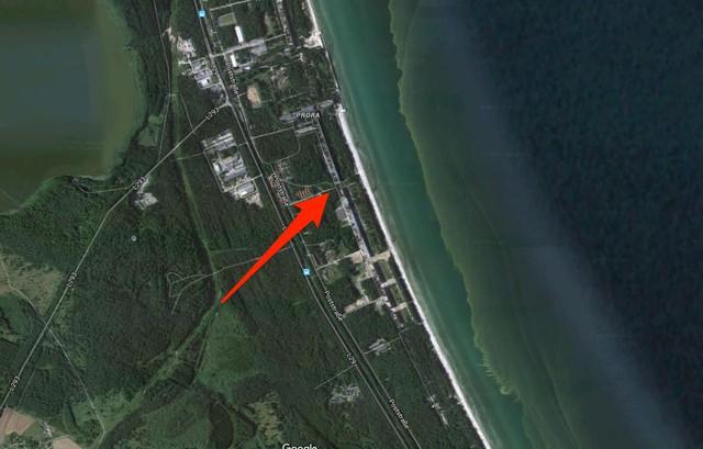Vị trí khu nghỉ dưỡng Prora trên bản đồ vệ tinh. Prora gồm tám tòa nhà giống hệt nhau nằm trải dài trên qui mô 4,5km và một vàih biển dao động 150m.
