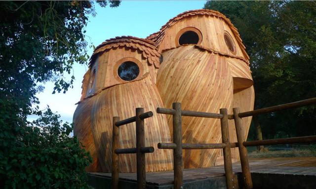 Ngôi nhà gỗ lôi kéo bởi kiểu dáng lạ mắt có 3 chú cú mèo đứng sát nhau.