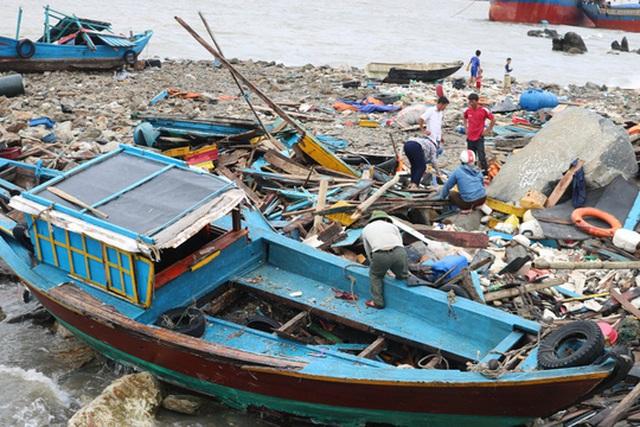 Nhiều chiếc tàu cá bị đánh tan tành
