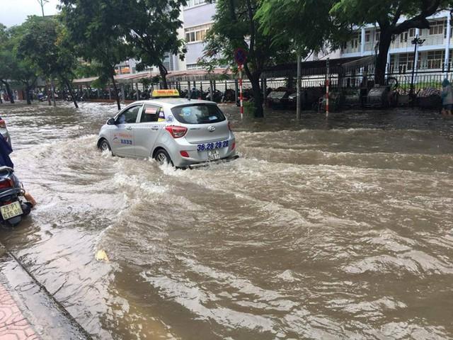 Nhiều tuyến phố, con ngõ ở Hà Nội ngập chìm trong nước