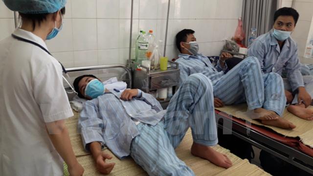 Bệnh viện Bệnh Nhiệt đới quá tải, các bệnh nhân phải nằm ghép. (Ảnh: T.G/Vietnam+)