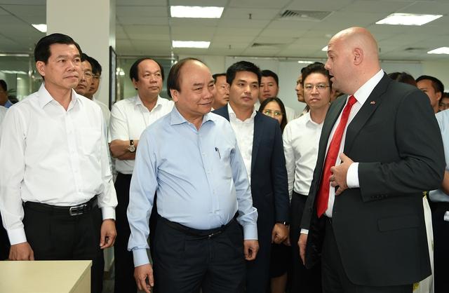 Thủ tướng tham quan phòng điều hành Cảng. Ảnh: VGP/Quang Hiếu