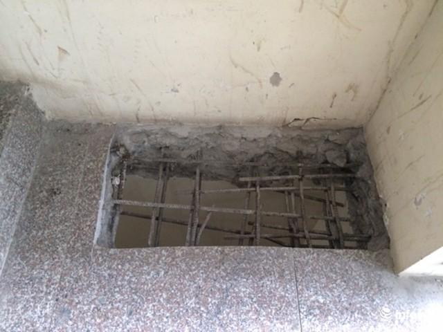 Sau 5 năm người dân sinh sống nay chủ đầu tư mới làm hệ thống phòng cháy chữa cháy bằng cách đục tường, sàn các tầng....
