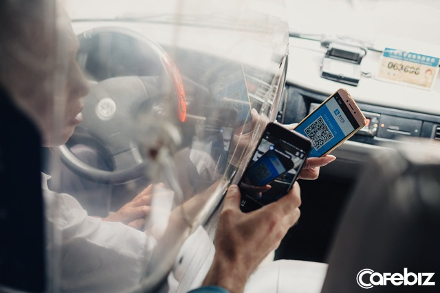 Tài xế sử dụng Alipay để quét mã QR trả cho một chuyến taxi