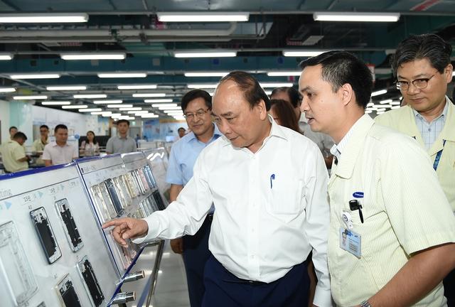 Thủ tướng Nguyễn Xuân Phúc tham quan khu nghiên cứu và phát triển của Nhà máy Samsung. Ảnh: VGP/Quang Hiếu