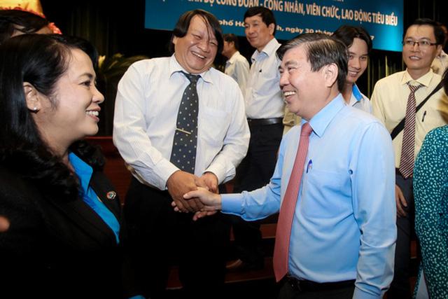 Ông Nguyễn Thành Phong, Phó Bí thư Thành ủy, Chủ tịch UBND TP và bà Trần Kim Yến, Chủ tịch LĐLĐ TP HCM với các cán bộ Công đoàn