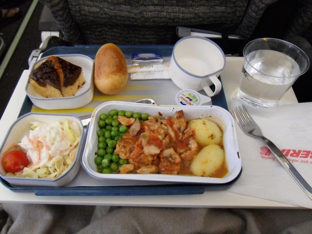 Cơ trưởng và cơ phó có phần ăn khác nhau để giảm thiểu nguy cơ ngộ độc thực phẩm và đảm bảo an toàn cho chuyến bay. Ảnh: NoGarlicNoOnions