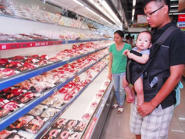 """Khi kiểm tra thịt bò, Mỹ kiểm tra từ khâu nuôi, chế biến xem đất đai ra sao, giết mổ có đủ tiêu chuẩn không… chứ không chỉ làm """"phần ngọn"""" như ta.  Trong ảnh: Người tiêu dùng chọn lựa thịt bò tại siêu thị ở TP.HCM. Ảnh: HTD"""