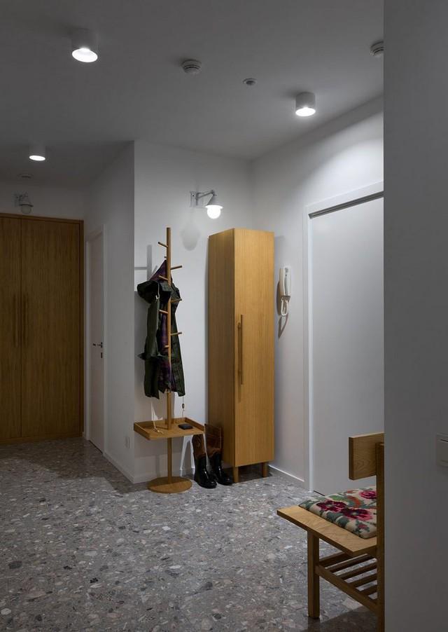 Lối vào nhà được thiết kế đơn giản với móc treo quần áo và tủ đựng đồ.
