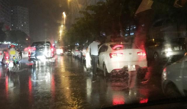 Do không được vào bãi đỗ xe vẫn gửi mọi ngày, tối qua người dân khu HH đã đỗ ô tô trên đường, gây khó khăn cho giao thông.