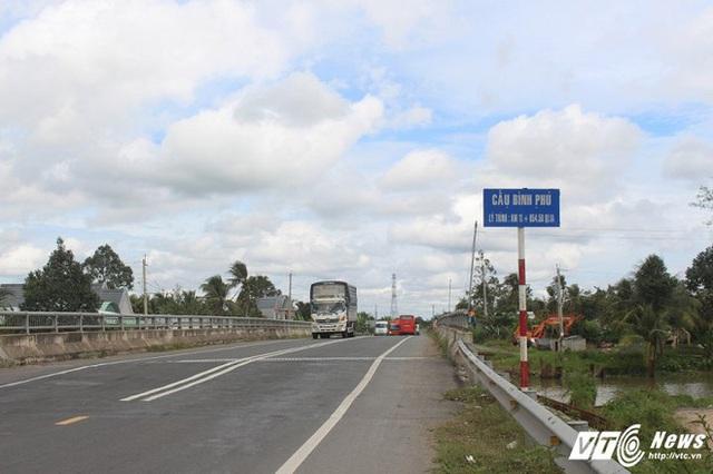 Cầu Bình Phú là cây cầu thứ 5 trên tuyến Cai Lậy, gần với trạm thu phí BOT.