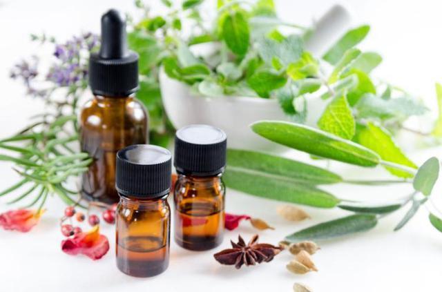 Sử dụng các phương pháp truyền miệng như dùng thảo dược, thực phẩm để tự trị ung thư là vô ích. Ảnh: BOTAMOCHI