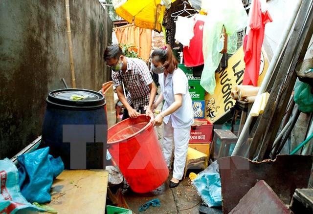 Hà Nội ra quân vệ sinh môi trường, phun hóa chất diệt muỗi khống chế dịch sốt xuất huyết. (Ảnh: Dương Ngọc/TTXVN)