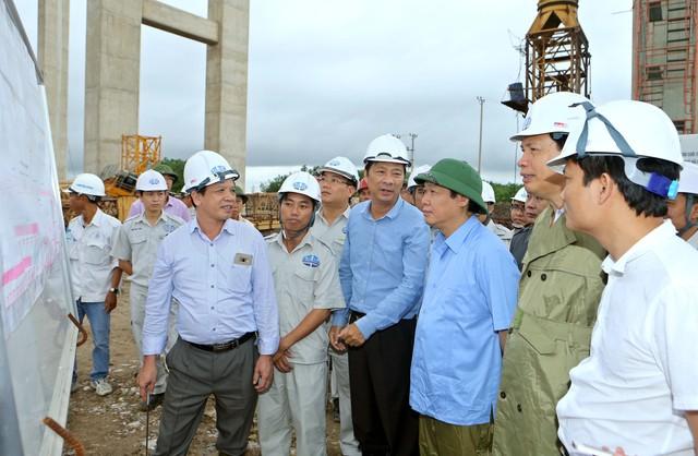 Phó Thủ tướng Vương Đình Huệ đánh giá cao năng lực và sự nỗ lực của các nhà thầu thi công trong điều kiện địa chất yếu, sụt lún. Ảnh: VGP/Thành Chung