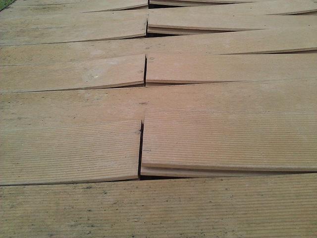 Sàn gỗ chất lượng kém chỉ sau 1 thời gian ngắn sẽ bị hư hỏng, cong vênh.