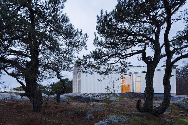 Toàn bộ ngôi nhà được phủ một màu trắng muốt nổi bật giữa thiên nhiên xung quanh.