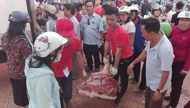 Nhiều tầng lớp trong xã hội tham gia giải cứu thịt heo.