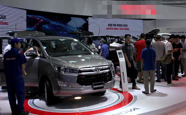 Nhiều khách hàng đang trông đợi giá ô tô sẽ giảm nữa trong năm 2018 (ảnh Lê Anh Dũng)