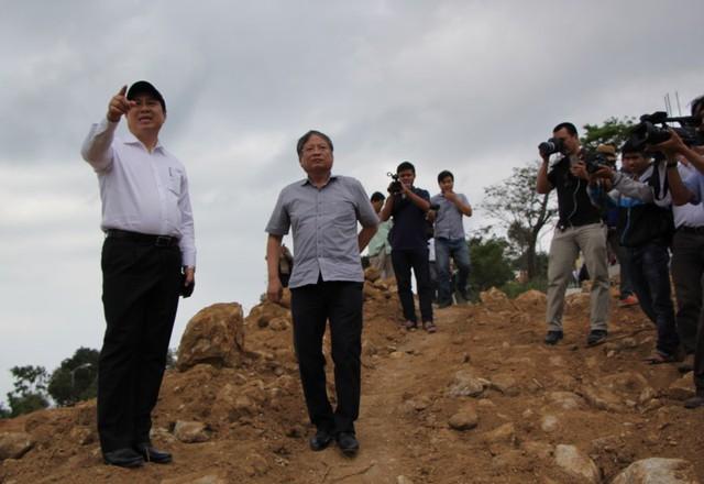 Ông Nguyễn Ngọc Tuấn và Chủ tịch UBND TP Đà Nẵng Huỳnh Đức Thơ trong một lần kiểm tra dự án 40 móng biệt thự trái phép tại Sơn Trà. Ảnh: LÊ PHI