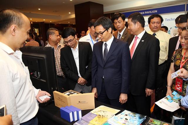 Phó Thủ tướng Vũ Đức Đam tham quan các gian hàng trưng bày, giới thiệu các sản phẩm công nghệ tại Diễn đàn. Ảnh: VGP/Đình Nam