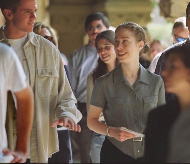 Chelsea Clinton, con gái của Cựu Tổng thống Bill Clinton tại khuôn viên trường đại học Stanford University vào tháng 09/1996.