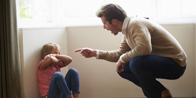 Cả giận mất khôn, những lúc nóng nảy, bố mẹ tuyệt đối không nên lôi con cái ra giáo dục. Ảnh minh họa.
