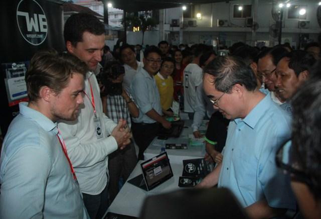 Bí thư Nguyễn Thiện Nhân tham quan 1 số mô hình, sản phẩm khởi nghiệp.