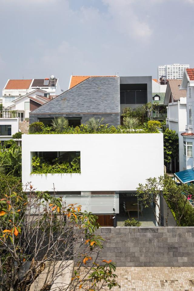 Ngôi nhà nổi bật giữa khu phố với những hình khối xếp chồng lên nhau.