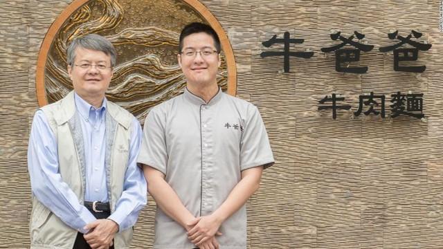 Wang Yiin Chyi (phải) và cha là Wang Tsung Yuan đều là những người rất hâm mộ thịt bò.